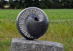 Skulptur udført som gravmonument, 2010. Norsk larvikit og bornholmsk rønnegranit.Tibirke Kirke, Tisvilde. Højde ca. 90 cm.