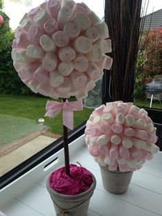 3 sizes of polystyrene ball and you can make an amazing sweet topiary tree Sweet Table Wedding, Dessert Bar Wedding, Baby Girl Shower Themes, Baby Shower Parties, Back Garden Wedding, Candy Trees, Sweet Trees, Candy Bouquet, Unicorn Birthday Parties