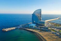 Kommen Sie herein. Das vom weltberühmten Architekten Ricardo Bofill entworfene W Barcelona liefert die Kulisse für einen atemberaubenden Aufenthalt.