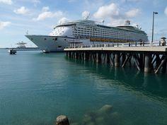 ようこそ沖縄へ!アジア最大の客船ボイジャー・オブ・ザ・シーズは全長311m!ももしもサンシャイン60が横になったら・・・その1.5倍・・・凄いです。そして着岸した沖縄の海の美しさも素晴らしい!