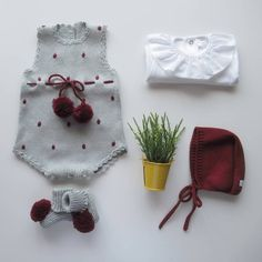 Bom Dia 😍. Conjuntinho cinza claro e Bordeaux Maria Carapim😍. Fazemos em lã anti-alérgica ou em algodão em qualquer cor😍 Todas as nossas… Vintage Baby Clothes, Knitted Baby Clothes, Newborn Crochet, Crochet Baby Hats, Knitting For Kids, Baby Knitting, Diy Knitting Projects, Baby Bloomers, Handmade Baby