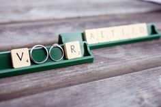 foto van de trouwringen met scrable letters