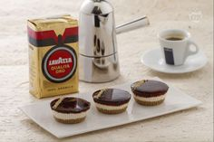 Le mini cheesecake al caffè sono un dolce fresco e cremoso con una base di biscotto croccante. Piccole delizie da gustare come dessert di fine pasto.