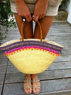 ミヽ◕‿◕ノ彡 Apliques de Crochê em Bolsa de Palha com Pompom. - / ミヽ◕‿◕ノ彡 Appliques in Crochet Straw Bag with Pompom. Ibiza Fashion, Diy Fashion, Hippie Accessoires, My Bags, Purses And Bags, Beach Basket, Diy Sac, Ethnic Bag, Mode Shop