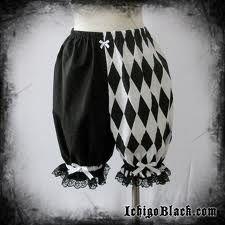 BLOOMERS: Eran pantalones amplios y ceñidos a la rodilla que empezaron a usar las mujeres para montar bicicleta. Se impusieron como prenda femenina hacia 1895.