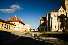 Alba Iulia este prima capitala a tarilor romanesti, locul unde a avut loc Marea Adunare Nationala, localitate aflata in imediata apropiere a vechii cetati dacice Apoluon/Apulum, cu izvoare arhelogice care merg in urma pana in mileniul al V-lea inainte de Christos.