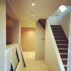 vue de l'entrée depuis la porte d'entrée. - La rampe d'escalier en placo : j'adore! - qu'en pensez vous? - - Les enduits doivent débuter mercredi !! ...