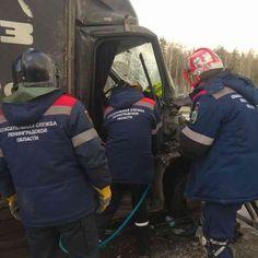Двух пострадавших из кабины фургона доставали тосненские спасатели. Массовая авария произошла в Тосненском районе вечером 5 марта. На 666-м километре федеральной автодороги М-10 «Россия» (между Красным Бором и Ульяновкой) столкнулись сразу шесть автомобилей. Причины и обстоятельства ДТП не уточняются, их предстоит выяснить сотрудникам ГИБДД. На фотографиях видно, что столкнулись несколько грузовых и легковых автомобилей, в […]