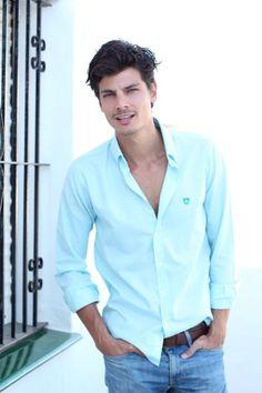 El modelo Javier de Miguel con camisa oxford verde de THE FROG & Co.