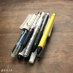 あれ?ペンがくっついてる??? これ、どうなっているかわかりますか? これ実は、ペンとペンの間に少し見えている『ペンホルダー』にペンを差してます。 一番左のペン以外、クリップだけ引っ掛けています。 ペ