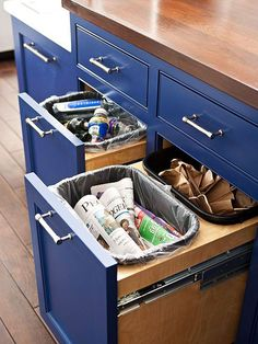 Talk Trash Youre more likely to recycle when bins for paper, plastic, and glass stow neatly inside cabinets near the kitchen cleanup zone. These pullout cabinets feature cutouts sized to hold plastic waste receptacles that are easy to lift out and empty when needed. Get ideas for incorporating more storage into your kitchen island.: 眼鏡, 内部のキャビネット, 分別ゴミ箱