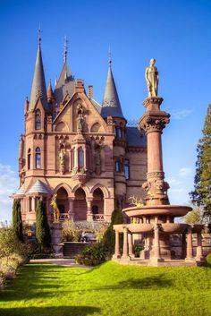 Замок Драхенбург, расположен посреди обширного парка, на правом берегу Рейна, на склонах горы Драхенфельс, близ города Кёнигсвинтер, Германия.