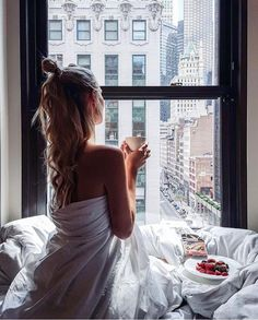 девушка вид город Нью-Йорк утро кофе завтра вдохновение спальня