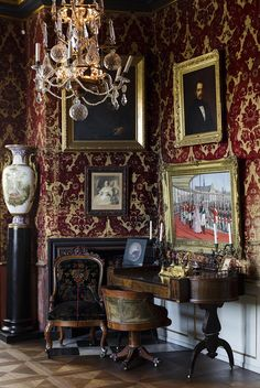 This room, which mainly contains exhibits with a connection to the life and government of Frederik VII, was designed only five years after Frederik VII's death in 1863. The fact that the the museum of Rosenborg Palace contained then contemporary pieces, attracted international attention. Copyright: Rosenborg Castle / Rosenborg Slot