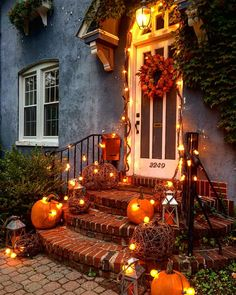 100 Cozy & Rustic Fall Front Porch decor ideas to feel the yawning autumn noon winds & watch the ember red leaves burn out slowly - Dekoration Decoration Christmas, Halloween Decorations, Holiday Decor, Autumn Decorations, Thanksgiving Decorations Outdoor, Halloween Lighting, Halloween Cupcakes, House Decorations, Fall Home Decor
