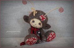 Créature elfique en laine cardée couleur chocolat et rouge : Accessoires de maison par la-fee-chiffonnee