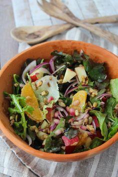 A salada com laranja, maçã e sementes tem além do colorido lindo, toques crocantes de nozes e cebola roxa, além das sementes de romã.