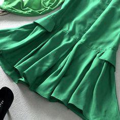 Tamanho M Moda Européia composição do tecido: 100% Seda Manga comprida Cor: Verde Real  MEDIDAS: Ombro: 36cm Manga: 57cm Busto: 100cm Cintura: 92cm Comprimento da blusa:75cm Decote meia altura redondo