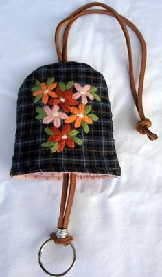 porta-chaves Fabric Bags, Fabric Dolls, Fabric Scraps, Hungarian Embroidery, Hand Embroidery, Key Pouch, Key Covers, Work Bags, Diy Keychain