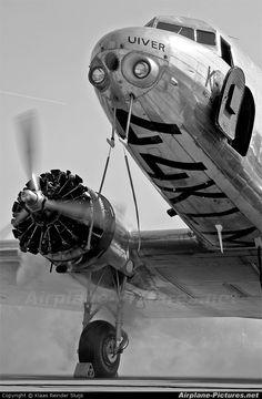 Uiver is de naam van het Douglas DC 2 vliegtuig met de registratie PH AJU van de KLM   De Uiver werd in 1934 vooral beroemd door een vlucht van Mildenhall in Suffolk naar Melbourne in Australië. De MacRobertson Londen  Melbourne luchtrace werd georganiseerd om het eeuwfeest van Melbourne te vieren. De race duurde van 20 tot 24 oktober.   Het werd in 1934 een nationale beroemdheid, maar ging nog in datzelfde jaar bij een vliegramp verloren.
