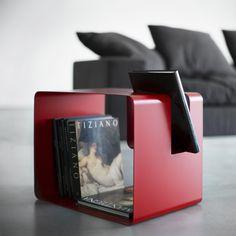 Mesa auxiliar o revistero de Meme Design (elige el uso que más te conviene en cada momento). Estructura en metal a elegir entre una amplia gama de colorido.