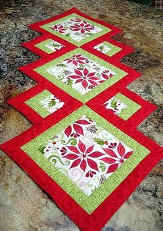 Christmas patchwork - 17 DIY Quilted Table Runner Ideas For All Year Round – Christmas patchwork Patchwork Table Runner, Table Runner And Placemats, Xmas Table Runners, Quilted Table Runner Patterns, Quilted Table Runners Christmas, Christmas Tables, Christmas Patchwork, Christmas Sewing, Christmas Quilting