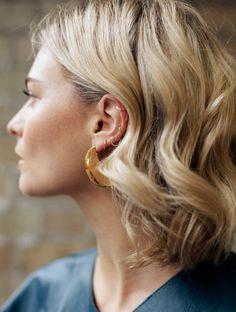 Boucles soignées + accumulation de boucles d'oreille = le bon mix (photo Pandora Sykes)