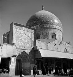 صورة رائعة من تراث بغداد وجامع الحيدرخانة سنة 1952 .    Baghdad 1952 . Main entrance to the Haiderkhana Mosque on Rashid Street. Due to its central position, this is the most popularly attended.