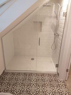 Idéal pour les combles de B und Wohnen Attic Shower, Small Attic Bathroom, Loft Bathroom, Bathroom Interior, Bathroom Plumbing, Loft Ensuite, Bathroom Green, Bathroom Plans, Bathroom Modern