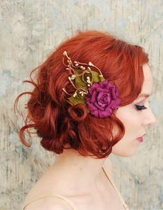 Lila Blume zu rotem Haar: gewagt, verspielt und inspirierend