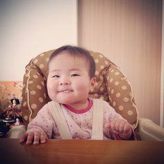 赤ちゃん娘がパンを食べています。