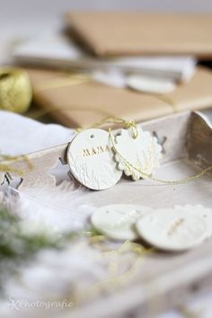 Anleitung für weihnachtliche Geschenkanhänger aus Fimo und goldener Farbe | Alles und Anderes Do It Yourself Inspiration, Giveaway, Place Cards, Xmas, Place Card Holders, Ornaments, Packaging, Fimo, Diy Xmas Gifts