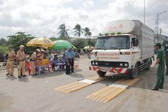 Hiện nay, các dòng xe chở hàng như xe tải dongfeng Việt Trung, xe tải dongfeng Hoàng Huy thường tận dụng ưu điểm là có khung xe rộng rãi để chất hàng hóa một cách quá tải trọng.