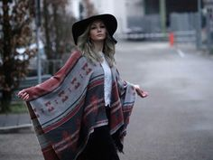 Lovely winter outfit with an aztek print poncho cape, woolen hat and grey hair. Love it! Follow @the_profashional on instagram