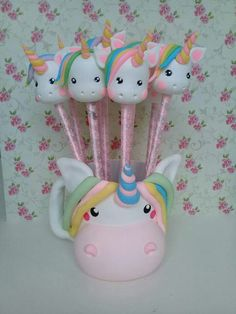 Resultado de imagem para porta caneta unicornio de biscuit Clay Pen, Fimo Clay, Polymer Clay Projects, Unicorn Birthday Parties, Unicorn Party, Diy And Crafts, Crafts For Kids, Pencil Toppers, Unicorn Crafts