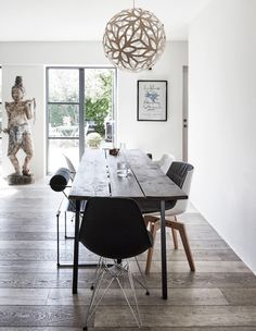 Big coup de coeur for this seasideDanish cottage and its raw elements. I love how owner Hélène mixed minimal pieces with ethnic finds for a cosy and textured interior. Images Elle Decoration – via