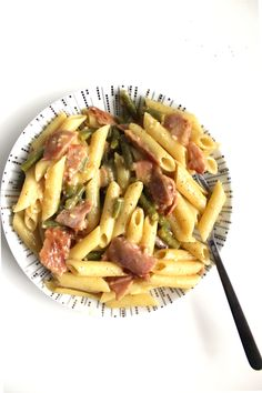 It is time to visit the rich and creamy side of Italy by rustling up this Healthy Pasta Carbonara!