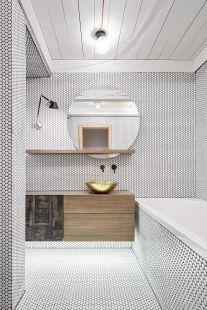Návrh 2 malých koupelen a kuchyně vmezonetovém bytě na Pražských Vinohradech svěřil mladý pár architektce Dagmar Štěpánové. Vzhledem ktomu, že majitelé bytu žili několik let vLondýně, jejich požadavky na řešenou část interiéru byly jakýmsi odrazem jejich pocitů zprostředí…