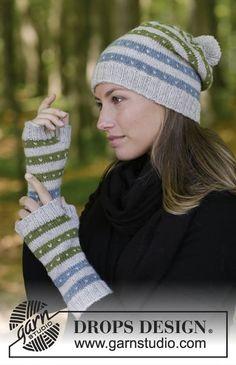 Sættet består af: Strikket hue og pulsvanter med flerfarvet norsk mønster. Sættet er strikket i DROPS Karisma.