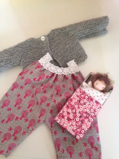 Doll clothes and a kiekeboodoll made by Else Besjes