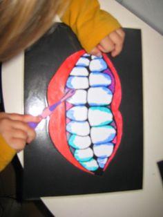 Tanden poetsen. (tekening kleuren, lamineren en de tanden 'vuil' maken met uitwisbare stift)