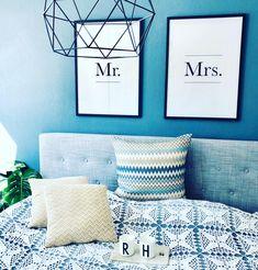 Soverom inspirasjon | fine soverom | bilder på soverom | veggbilder inspirasjon | soverom blå vegg | blå vegg | bildevegg inspirasjon | bedroom inspiration | blue wall | soverom interiør  #soverom #bedroom #bedroomdecor #interiordesign Picture Wall, Gallery Wall, Throw Pillows, Bed, Frame, Inspiration, Home Decor, Picture Frame, Biblical Inspiration