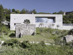 Architektenhaus am steilen Hang aus Beton