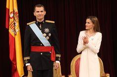 Su Majestad el Rey Felipe VI recibe el aplauso de los asistentes al Congreso de los Diputados. A su lado, la Reina Letizia (Foto Casa Real Española, junio 2014)