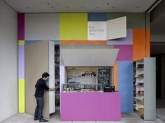 Zodra de gekleurde panelen van The Gourmet Tea  opzij geschoven zijn, onthullen ze een teashop van 25 vierkante meter.