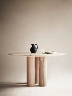 Hommage Grande Dining Table – White Stained Oak - Ø 120 cm White Oak Dining Table, Round Dining Table, Dining Furniture, Diy Furniture, Furniture Design, Garden Furniture, Furniture Inspiration, Interior Inspiration, Living Comedor