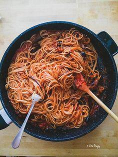 Olyan nagy sikert aratott ez a spagetti fotó Instagramon és Facebookon is, néhányan ráadásul kértétek is a receptet, szóval gyorsan feldobom ide a blogra. Ez egy Jamie Oliver recept az olasz könyvéből(szicíliai tésztaétel), minimálisat kellett változtatni Vegan Pasta, Jamie Oliver, Japchae, Cooking Recipes, Foods, Drinks, Ethnic Recipes, Italia, Food Food