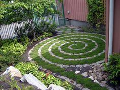 Begrünte Fläche. Spirale,Moos,Kieselsteine oder Beton