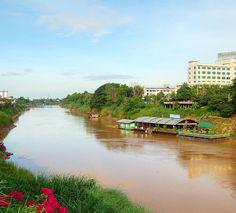 Placide atmosfere a #Phitsanulok lungo il fiume Nan corso d'acqua su cui i pescatori vivono in case galleggianti. #Thailandia #amazingthailand