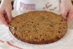 La torta noci, uvetta e cioccolato è una dolce rustico e goloso molto semplice e veloce da preparare. È una torta perfetta da portare in tavola a colazione